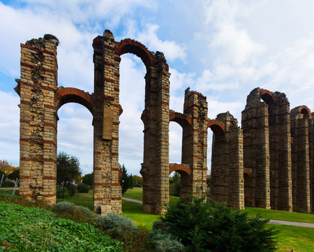 acueducto: antique  Roman Aqueduct of Merida in  day time. Spain Stock Photo