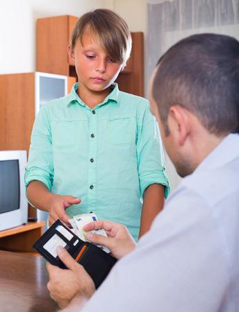 money pocket: Boy padre pidiendo dinero peque�o bolsillo en el hogar