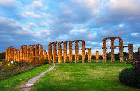 acueducto: antique  Roman Aqueduct of Merida in  dusk lights. Extremadura, Spain Stock Photo