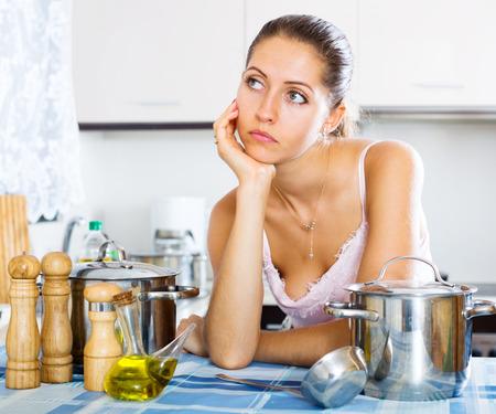 depresión: Retrato de mujer joven deprimida sintiendo el interior azul