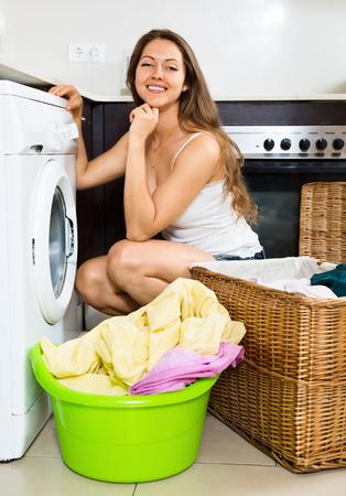 lavadora con ropa: ropa bonita chica de lavado en lavadora en casa
