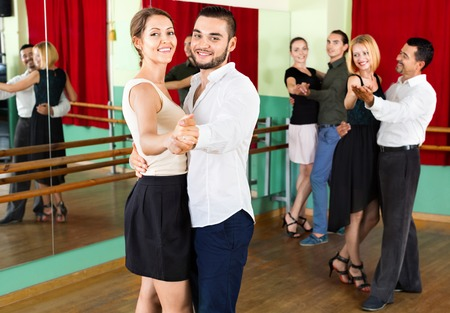 danza clasica: Sonre�r adultos alegres que tienen graves bailes en clase Foto de archivo