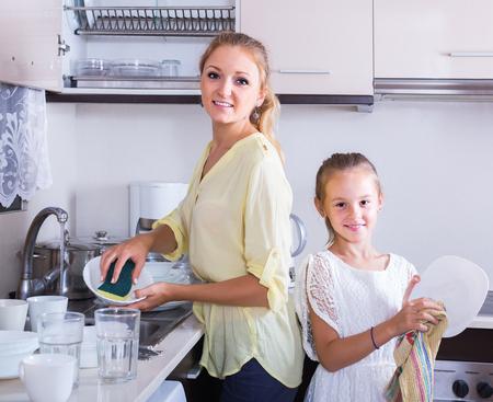 lavamanos: La rutina diaria: chicas europeo feliz haciendo y limpiando platos en la cocina