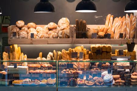 pan frances: Panadería moderna con el surtido de pan, pasteles y bollos