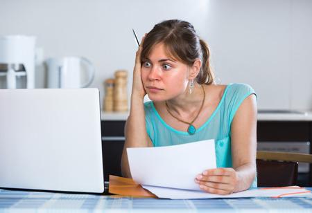 Mujer joven frustrada banco receptor se niegan por el retraso del pago