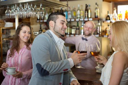 barra de bar: camarero feliz entretener a los invitados en la barra de bar en bar Foto de archivo