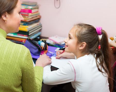 colegiala: Colegiala y la madre juntos haciendo los deberes en casa