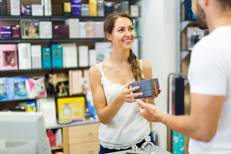 oficinista: Empleado de la tienda que sirve comprador en caja