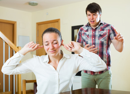 conflicto: Mujer Desesperaci�n e individuo infeliz durante el conflicto en la sala de estar en casa