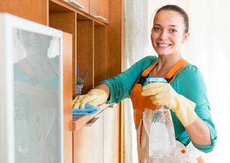 orden y limpieza: sonriente profesional limpiador ruso limpieza de la oficina Foto de archivo
