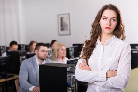 persona sentada: Empleados adultos profesionales del departamento de ventas con caras serias Foto de archivo