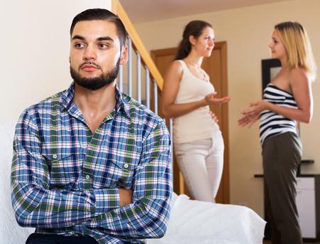 conflicto: Conflicto interno entre pareja y su amigo en el interior casero