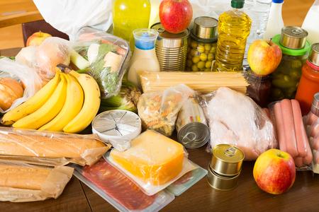 abastecimiento: Provisi�n con verduras y carne para la familia moderada a la mesa en casa Foto de archivo