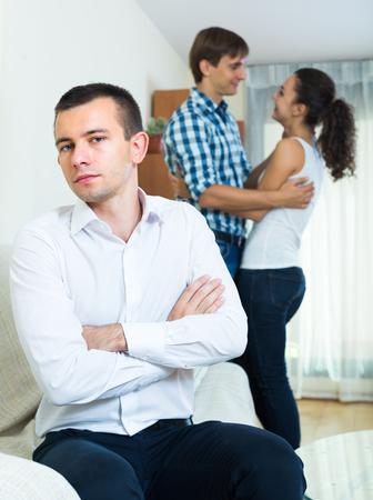 unrequited love: Hombre infeliz que sufre de amor no correspondido: Mujer joven prefiere otro tipo Foto de archivo