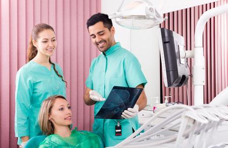 dentista: Dentista masculino hermoso y tomografía de rayos X en busca de pacientes