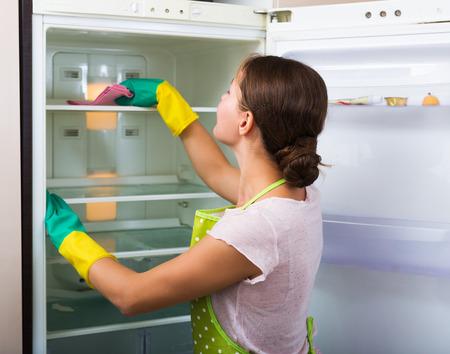 アダルト主婦の冷蔵庫内と笑顔をクリーニング