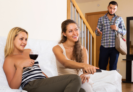 Ehefrau betrügt Ehemann Zimmer