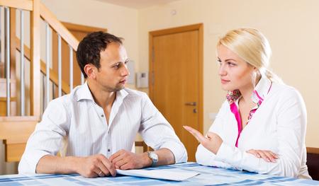 divorcio: Seus joven pareja hablando en la sala de estar Foto de archivo