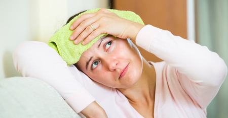 frio: Morena adultos con dolor de cabeza y la aplicación de frío en el hogar