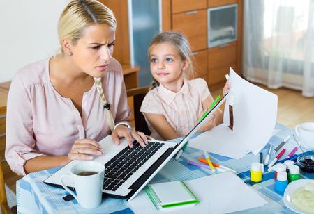 疲れ若い女性の娘は自宅で仕事から彼女を迂回されるとイライラ