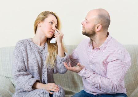 fille qui pleure: Tente de concilier avec Man pleurer femme dans la maison. Concentrez-vous sur la fille