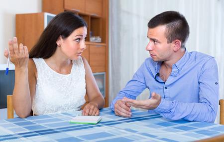 marido y mujer joven triste discutir los detalles de la separación en el hogar Foto de archivo