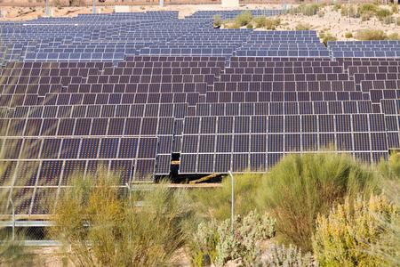 paneles solares: La tecnolog�a de producci�n de energ�a: el�ctrica sistema de paneles solares Foto de archivo