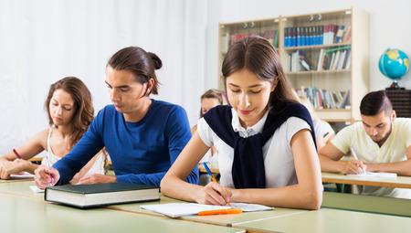 salle de classe: Groupe de jeunes étudiants caucasien étudient dans la salle de classe