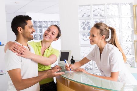 planificacion familiar: Pacientes pareja feliz jóvenes que visitan la clínica de planificación familiar