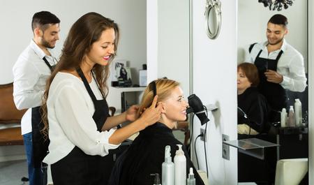 Frau Friseur tun Frisur für junge Männer Standard-Bild - 47867940