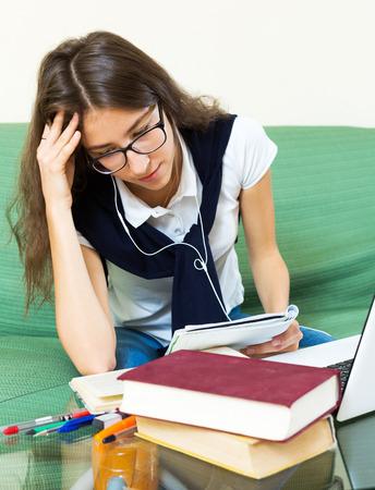 solter�a: Cansado estudio joven estudiante ni�a sentada en un sof� en la sala de estar Foto de archivo