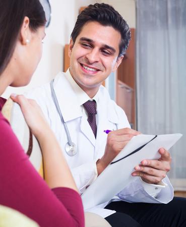 専門の医者が女性患者に検査のための訪問を支払う