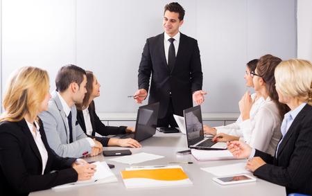 reuniones empresariales: Adult y miembros de negocios jóvenes de las reuniones multinacionales en la oficina. Centrarse en el hombre y la mujer derecha