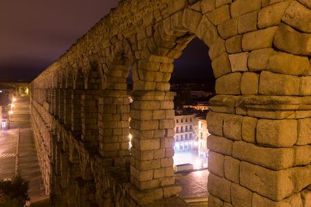 acueducto: Night view of old roman aqueduct at Segovia. Spain