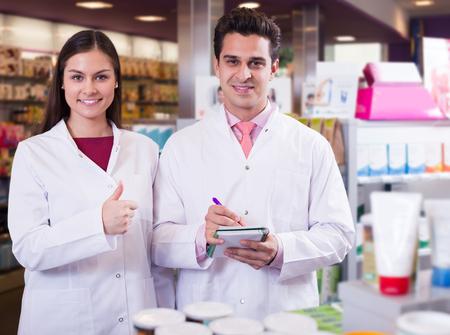 gerente: equipo de adultos de pharmaceutist y t�cnico que trabaja en la tienda de farmacia