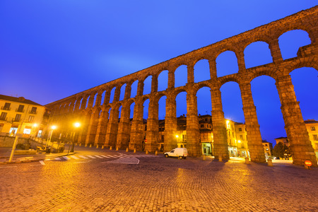 acueducto: wide angle shot of   Roman Aqueduct in early morning. Segovia, Spain Stock Photo