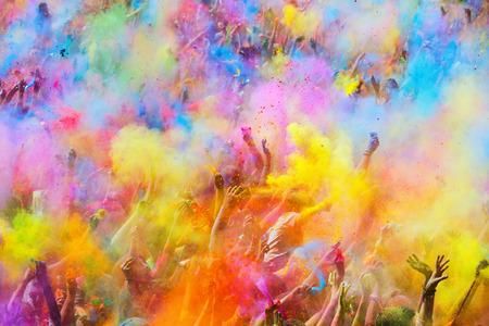 BARCELONA, ESPAÑA - 12 de abril, 2015: La gente durante el festival de colores Holi Barcelona. Holi es la fiesta tradicional de la India