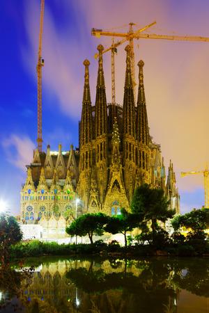 barcelone: Barcelone, Espagne - 13 septembre 2014: Sagrada Familia à soir. Barcelone, Espagne. Eglise célèbre bâtiment est commencée en 1882