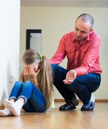 instrucciones: Pap� molesto dando instrucciones al infeliz ni�a frustrada Foto de archivo
