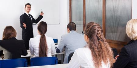Profesor y adultos profesionales en cursos de negocios de extensión