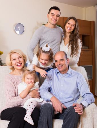 Portrait de l'heureux grand famille multigénérationnelle à la maison Banque d'images