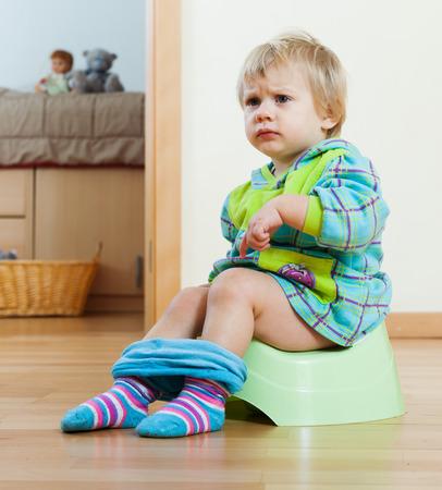 vasino: Bambino seduto sul vasino in casa Archivio Fotografico