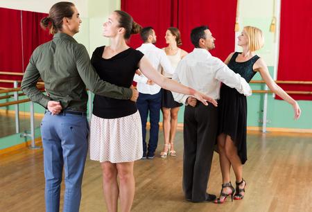 danza clasica: Sonrisa de la unidad Europeo de las personas se divierten bailando vals
