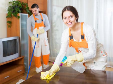 servicio domestico: Instalaciones de limpieza sonriendo equipo est� listo para trabajar