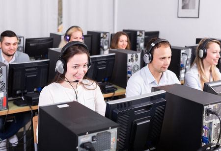 open spaces: operators of technical support line receiving calls Stock Photo