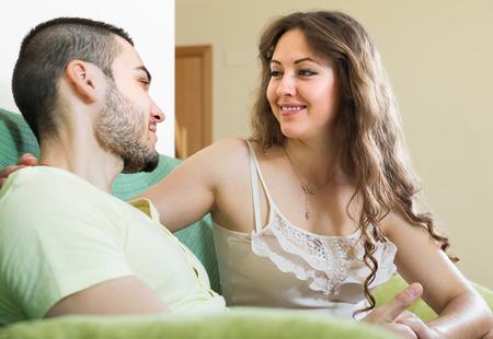parejas enamoradas: Retrato de la feliz pareja joven sonriente en el interior casero