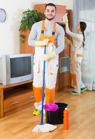 empleadas domesticas: Limpieza de equipo local est� listo para trabajar Foto de archivo