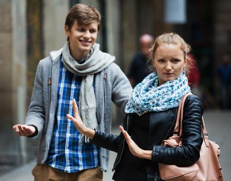 molesto: acoso pública: el hombre europeo molesto persiguiendo irritada hermosa niña