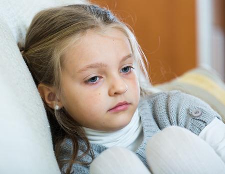 petite fille triste: Portrait de petite fille triste dans inter nationale