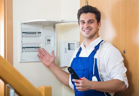 electric meter: de trabajo profesional joven con el medidor de electricidad en el lote residencial